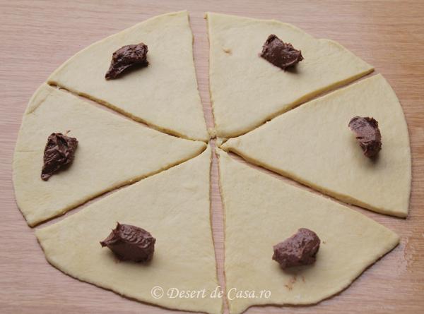 cornuri pufoase cu ciocolata (3)