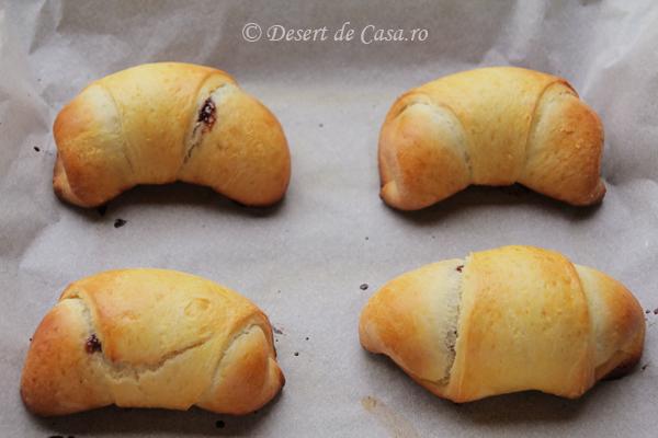 cornuri pufoase cu ciocolata (9)