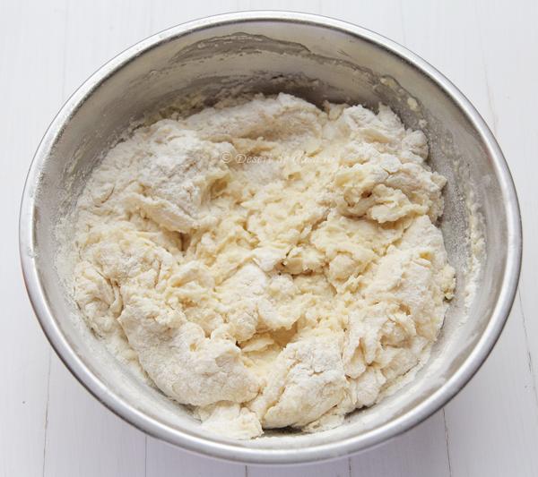 cornuri pufoase cu branza dulce (2)